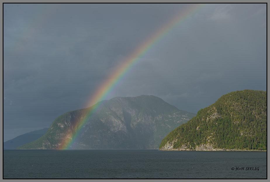Regenbogen über dem Fjord